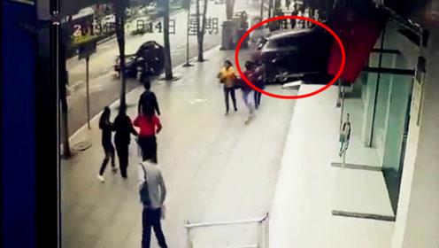 越野车失控撞车后冲进银行 1名取钱女子当场被撞身亡