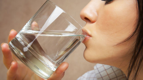早晨起床能不能空腹喝水?很多人都搞错了,别不当回事,快看看吧