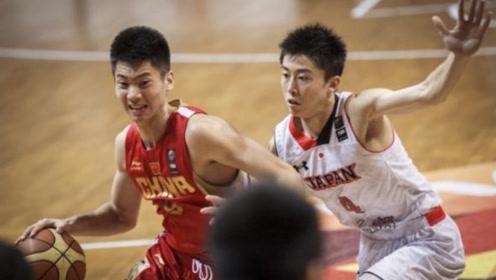 """中国男篮的差距有多大?徐杰1人突破,对面5人旁观为其""""加油"""""""