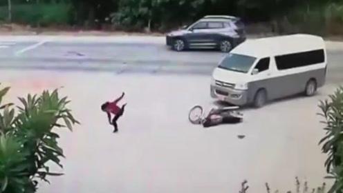 """小伙遭车撞使出""""凌波微步"""",躲过死神站车旁比""""V"""""""