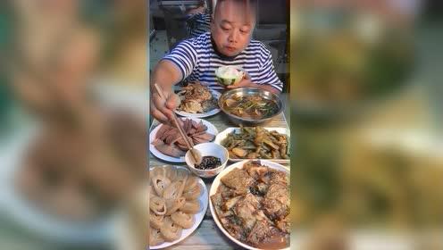 农民工大哥伙食真奢侈,猪肝上来直接秒,网友:还吃得起猪肉?