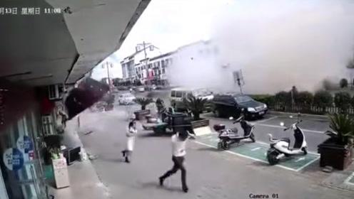 江苏无锡一小吃店燃气爆炸致8人受伤 监拍惊险一幕