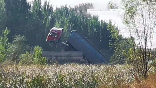 滨州一宽4米小桥发生断裂 疑似被桥上大货车压塌