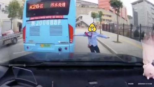 """公交""""后溜""""撞私家车,被撞车内痛苦呻吟,女司机狂奔尝试阻止"""