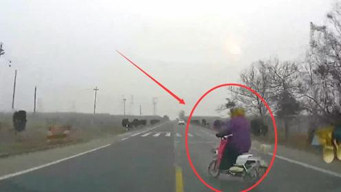 电动车行驶中突然变道,被后车撞飞,行车记录仪拍下全过程!