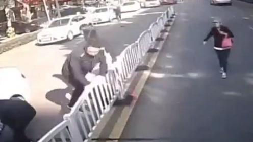 感人又震撼!浙江海宁一大伯不慎被卷入车底 一马路的人都来了