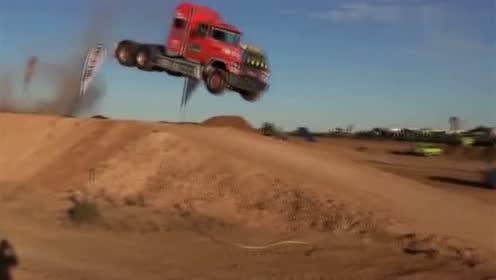 这大货车厉害了,直接腾空而起十几米,简直帅呆了!