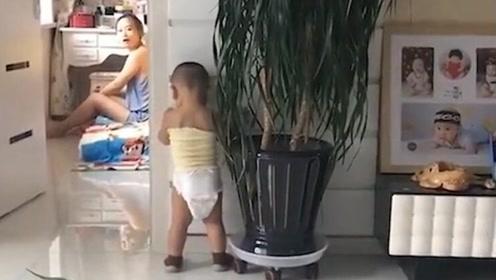 1岁宝宝犯错怕妈妈生气,主动面壁,爸爸一句话暴露家庭地位!