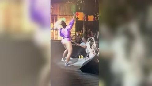巴西女歌手演唱会甩头太猛重摔倒地 爬起来跪着继续唱
