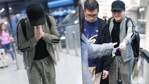 """沈腾借纸巾擤鼻涕,毫无""""亚洲最帅第21名""""的型男包袱。"""
