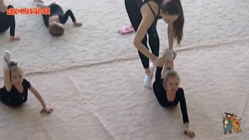 疼哭了,芭蕾女孩拉伸练习,老师的要求太严格了