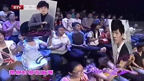 李健现场演唱《传奇》,别有一番韵味,不愧是原唱!