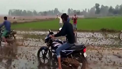 """村里都喜欢用摩托车来""""耕田""""了吗?"""