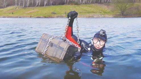 在水下发现一个箱子,捞上来一看,惊喜才刚刚开始