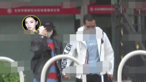 王丽坤否认结婚后被曝现身民政局 疑似领证后难掩喜悦