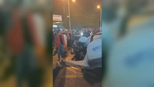 """共享汽车深夜撞上指示杆被""""毁容"""" 驾驶员飞出车外"""