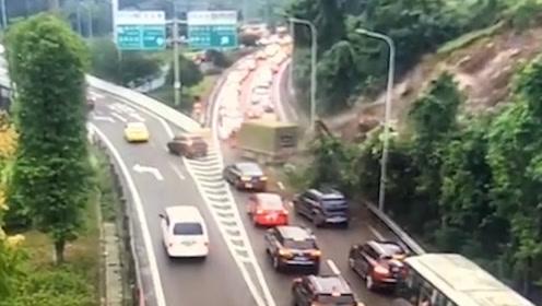 惊险!重庆内环快速路下班高峰发生山体滑坡 黄土冲入车流