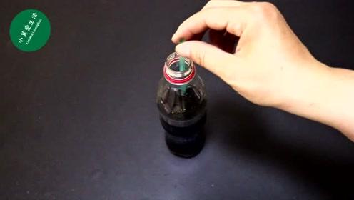喝饮料放入吸管总是掉进去怎么办?教你一招,吸管再也不下滑