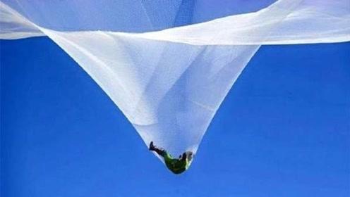 老外不戴降落伞,从25000英尺高空跳下,两层网能接住吗