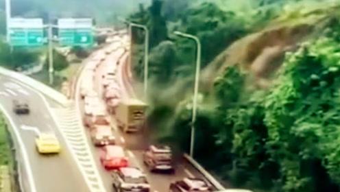 重庆内环高速旁发生山体滑坡 监控拍下惊险瞬间