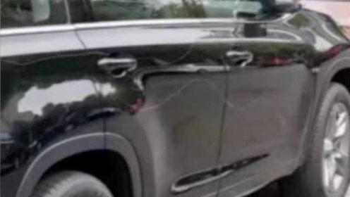 车主提新车发现8个面被划,车行回应:保管失误,愿赔6千元