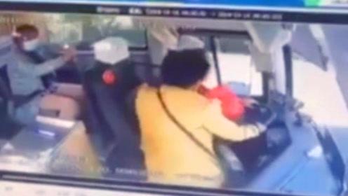 女子突然冲抢方向盘!司机冷静操作救下一车人