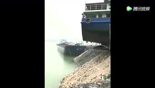 村里的运砂船下水了,看看这过程