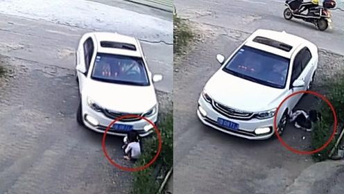 正视交通盲区!监拍:两女童蹲路边玩耍遭轿车撞倒碾压受伤