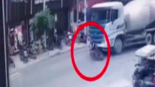 男子驾摩托违规超车 遭罐车撞倒推行时弃车逃生