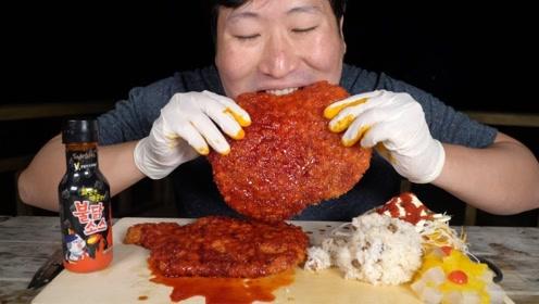 比脸还要大的炸鸡排,小哥哥搭配辣酱大口吃着,太有食欲了