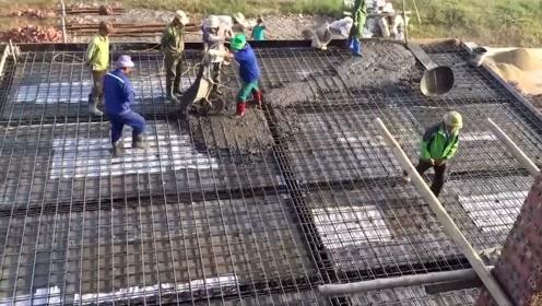 农村自建房,工人这样打地基,质量不牢固都难