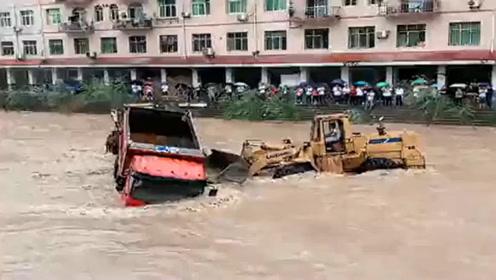 """大货车眼看就要被""""洪水""""冲跑,还好有装载机来帮忙,感谢!"""