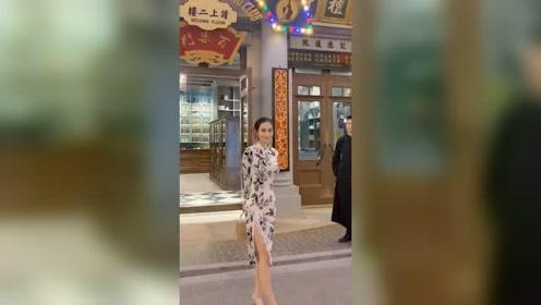 这种长得漂亮身材好的姑娘,只要穿上旗袍,无论走到哪里都备受瞩目!