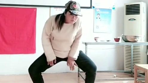 农村大姐爱跳霹雳舞,自小习练此舞,你看水平如何