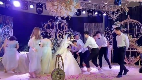 """婚礼结束的新郎被""""暴打"""",还没结婚的伴郎只好默默走开"""