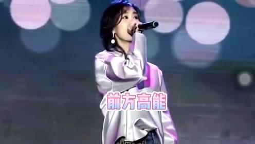 郁可唯演唱时遭扔荧光棒,受到惊吓后,还是继续完成演唱!