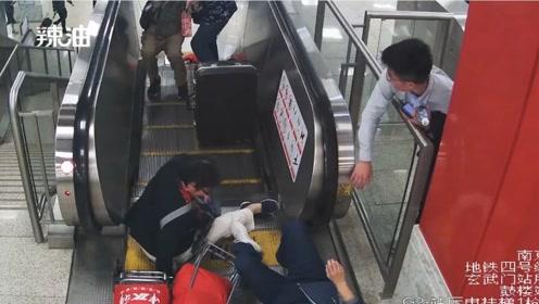 温暖的伸手!三位老人电梯上连环摔倒 两位小伙伸出援手