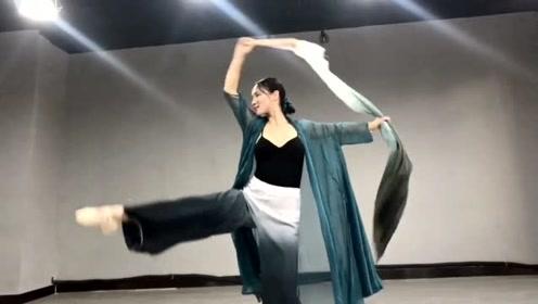 30岁的辣妈舞蹈室跳古风《不谓侠》,网友:韵味十足!