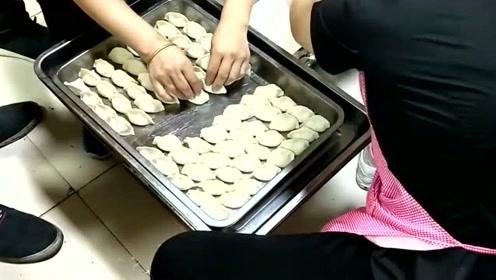 花18000新买了一台饺子机,开除了五个工人,只剩下这两个摆饺子的