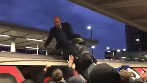 猖狂!英国示威者大闹伦敦地铁现场混乱 被愤怒市民一把拽下围攻