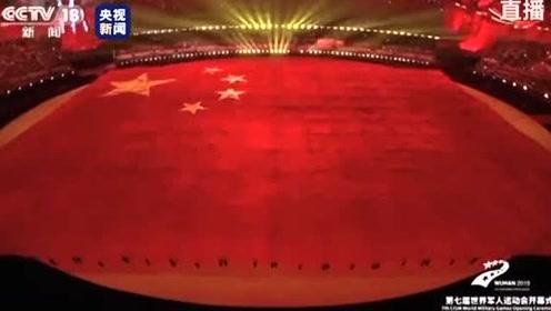 当五星红旗出现时,现场数万观众合唱这首歌