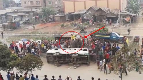 一辆大巴车侧翻了,众人束手无策,大象的举动,众人拍手叫好!