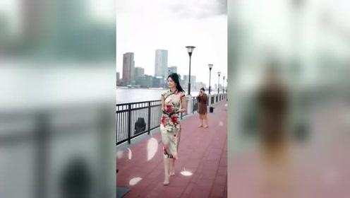 走在上海外滩的姑娘太美了,初冬穿上旗袍,真是一道美丽的风景!