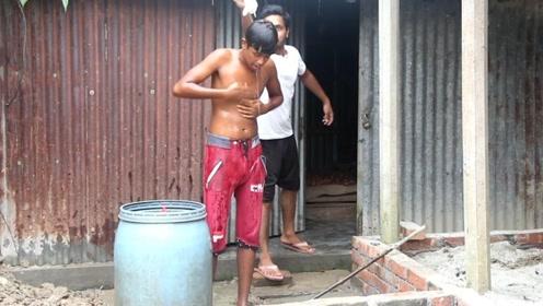 小伙屋外洗澡,洗发水却怎么也洗不掉,这是什么牌的洗发水
