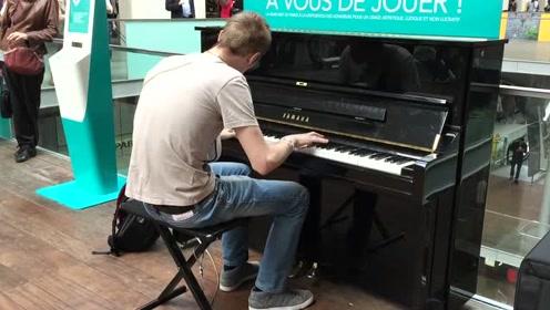 帅小伙路边演奏钢琴太害羞,路人加油鼓劲,一曲完毕太惊艳