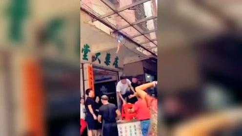 孩童高处摔落卡半空!街坊施救时突然再坠落被一把接住
