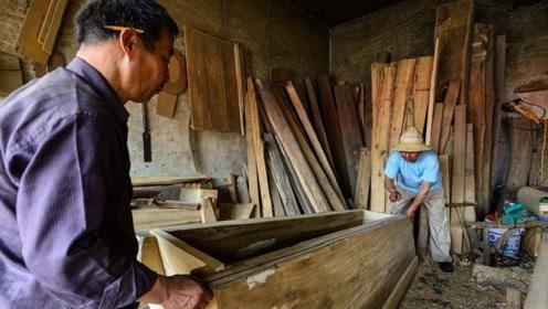 农村老汉突发奇想,将空置了7年的棺材打开,结果却有了意外之喜!