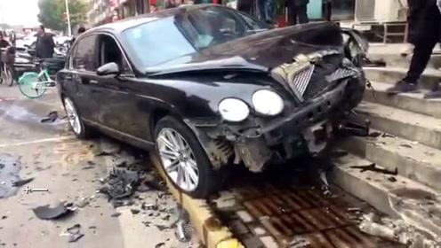 宾利街头逆行撞向路边车 司机疑似酒驾 网友惊呼:浙C8888牌照不简单