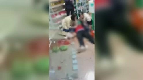 小车司机突然猛踩油门冲入药店 致老年妇女当场被撞倒