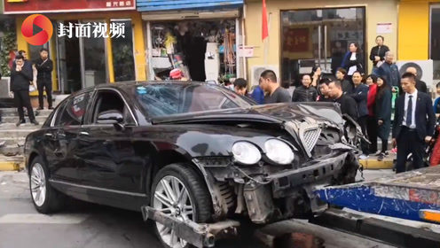 郑州街头宾利逆行撞向路边2车辆 致3人受伤